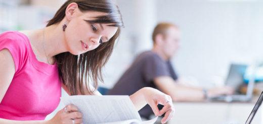 mujer-estudiando-haciendo-tarea-con-libros-y-computadora